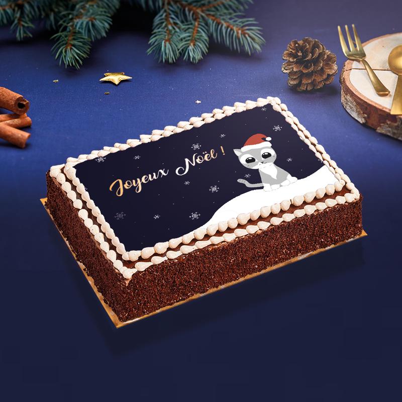 Gâteau de Noël - un gâteau exquis décoré d'un mignon petit chaton de Noël