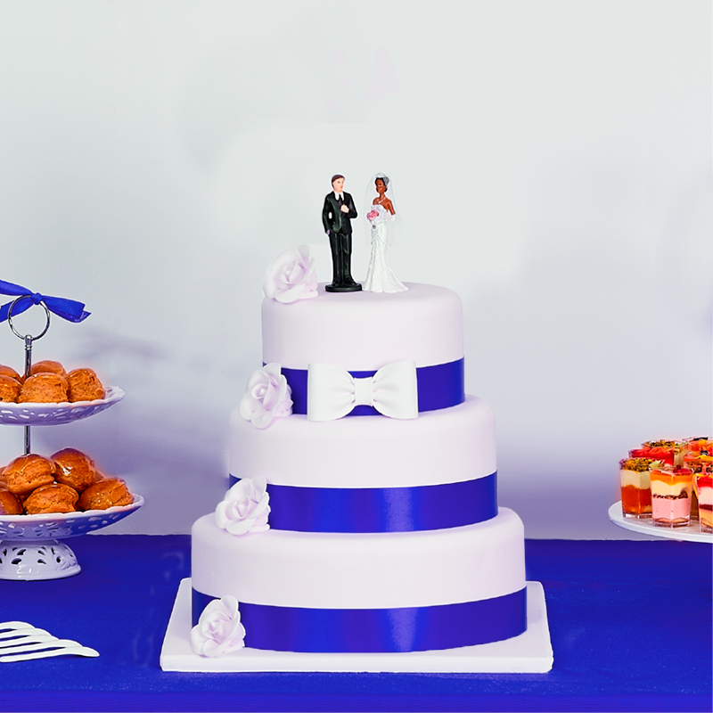 Wedding cake gateau de mariage à ruban bleu et fleurs blanches